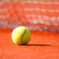 Tenisová lopta na antuke počas tenisového tréningu